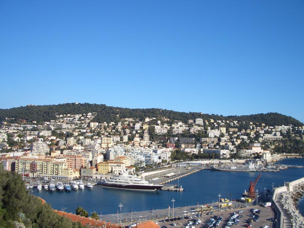 nice vue du port de Nice donnant sur le Mont Boron